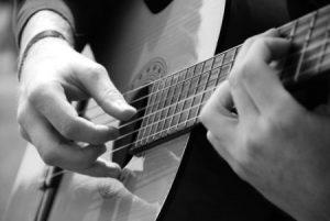 جلوگیری از فشار بیش از حد دست چپ در نواختن گیتار کلاسیک